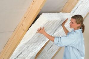 Anbringen der Zwischensparrendämmung, die Ihr Heim vor Kälte und Hitze schützt.