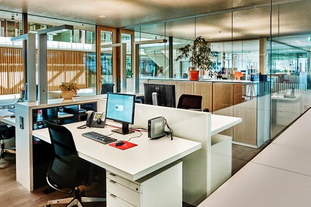 Foto von einem Großraumbüro das mit Steinwolle gedämmt wurde und angenehmes Raumklima austrahlt