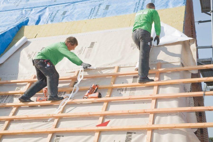 KI Foto Dach außen mit Dachdeckern